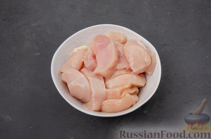 Фото приготовления рецепта: Куриное филе, тушенное с черносливом и томатной пастой - шаг №5