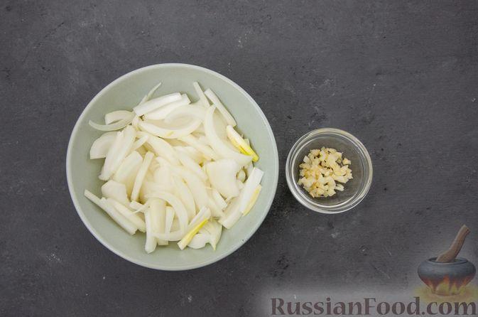 Фото приготовления рецепта: Куриное филе, тушенное с черносливом и томатной пастой - шаг №3