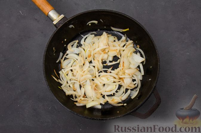 Фото приготовления рецепта: Куриное филе, тушенное с черносливом и томатной пастой - шаг №4