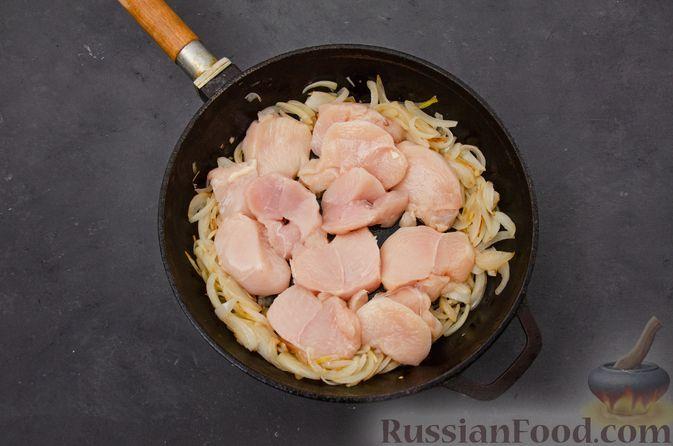 Фото приготовления рецепта: Куриное филе, тушенное с черносливом и томатной пастой - шаг №6