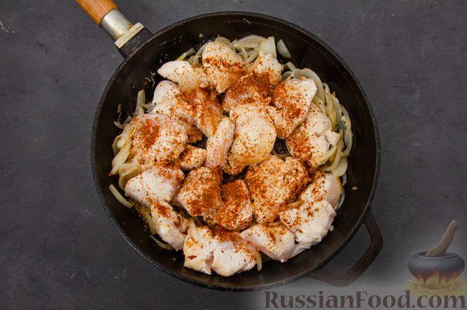 Фото приготовления рецепта: Куриное филе, тушенное с черносливом и томатной пастой - шаг №7