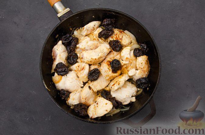 Фото приготовления рецепта: Куриное филе, тушенное с черносливом и томатной пастой - шаг №8