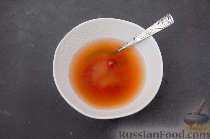 Фото приготовления рецепта: Куриное филе, тушенное с черносливом и томатной пастой - шаг №9