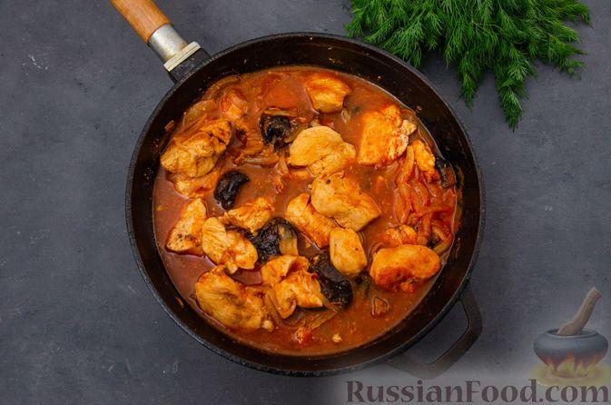 Фото приготовления рецепта: Куриное филе, тушенное с черносливом и томатной пастой - шаг №11