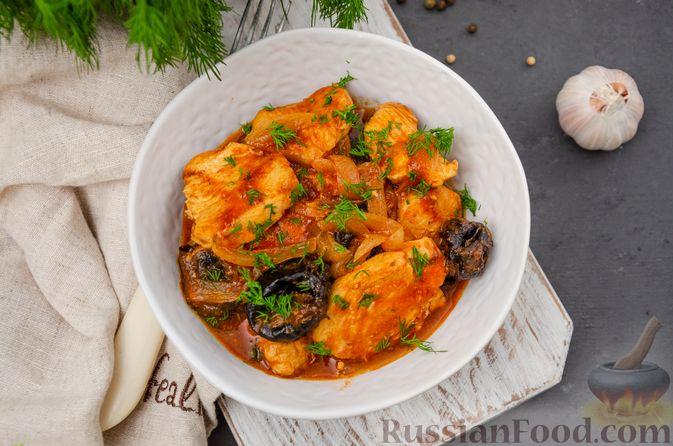 Фото приготовления рецепта: Куриное филе, тушенное с черносливом и томатной пастой - шаг №12