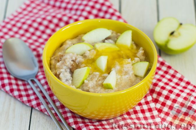Фото к рецепту: Ленивая овсянка на воде, с изюмом и яблоками