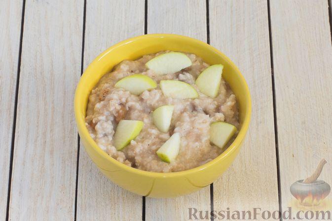 Фото приготовления рецепта: Ленивая овсянка на воде, с изюмом и яблоками - шаг №5