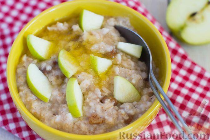 Фото приготовления рецепта: Ленивая овсянка на воде, с изюмом и яблоками - шаг №6