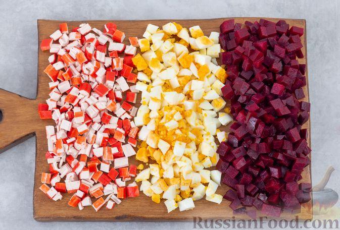 Фото приготовления рецепта: Салат с крабовыми палочками, свёклой и консервированной фасолью - шаг №4