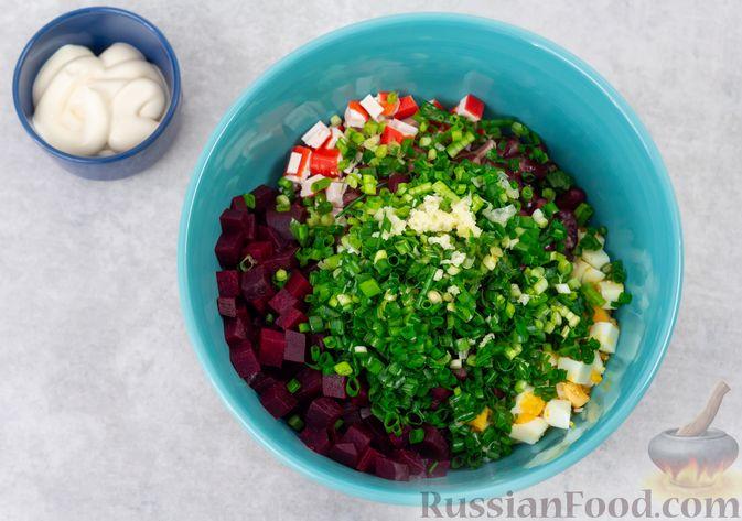 Фото приготовления рецепта: Салат с крабовыми палочками, свёклой и консервированной фасолью - шаг №6