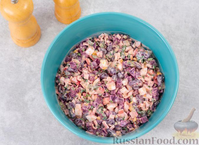 Фото приготовления рецепта: Салат с крабовыми палочками, свёклой и консервированной фасолью - шаг №7
