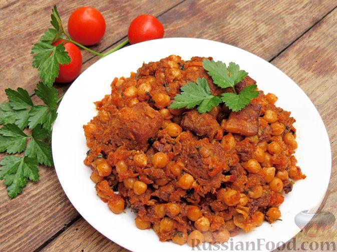 Фото к рецепту: Говядина, тушенная с нутом, копчёной грудинкой и томатной пастой