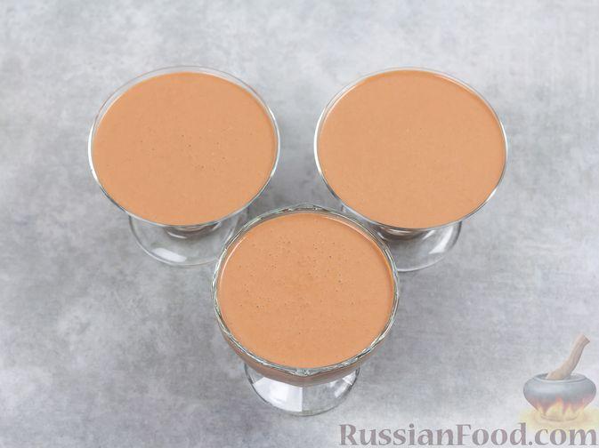 Фото приготовления рецепта: Творожно-сливочный десерт с шоколадом и кофе - шаг №8