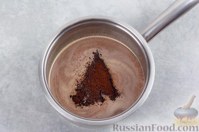 Фото приготовления рецепта: Творожно-сливочный десерт с шоколадом и кофе - шаг №4
