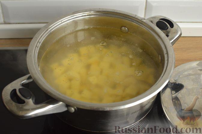 Фото приготовления рецепта: Гречневый суп с рыбными консервами - шаг №3