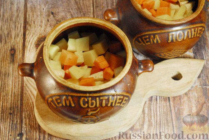 Фото приготовления рецепта: Грибной суп с сельдереем (в горшочках) - шаг №6