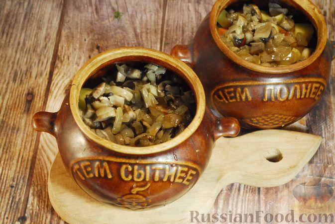 Фото приготовления рецепта: Грибной суп с сельдереем (в горшочках) - шаг №7