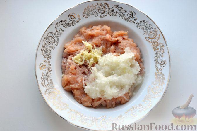 """Фото приготовления рецепта: Дрожжевой пирог """"Хризантема"""" с мясом и сыром - шаг №7"""