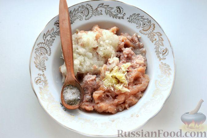 """Фото приготовления рецепта: Дрожжевой пирог """"Хризантема"""" с мясом и сыром - шаг №8"""