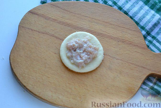 """Фото приготовления рецепта: Дрожжевой пирог """"Хризантема"""" с мясом и сыром - шаг №12"""