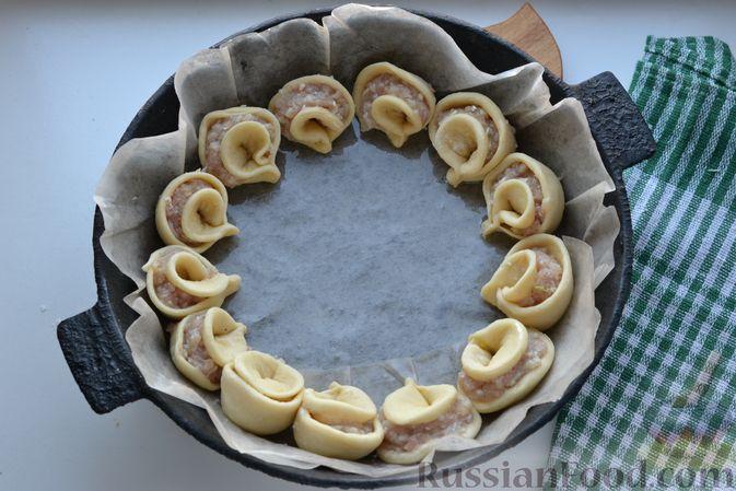 """Фото приготовления рецепта: Дрожжевой пирог """"Хризантема"""" с мясом и сыром - шаг №15"""