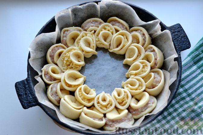 """Фото приготовления рецепта: Дрожжевой пирог """"Хризантема"""" с мясом и сыром - шаг №17"""