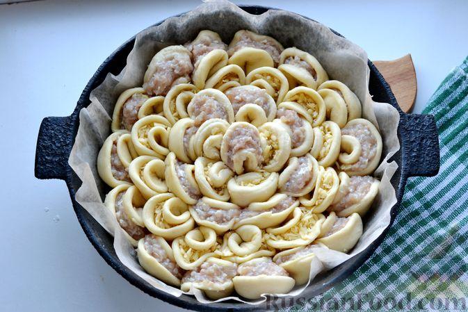 """Фото приготовления рецепта: Дрожжевой пирог """"Хризантема"""" с мясом и сыром - шаг №18"""