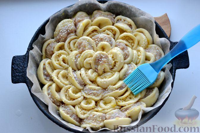 """Фото приготовления рецепта: Дрожжевой пирог """"Хризантема"""" с мясом и сыром - шаг №19"""