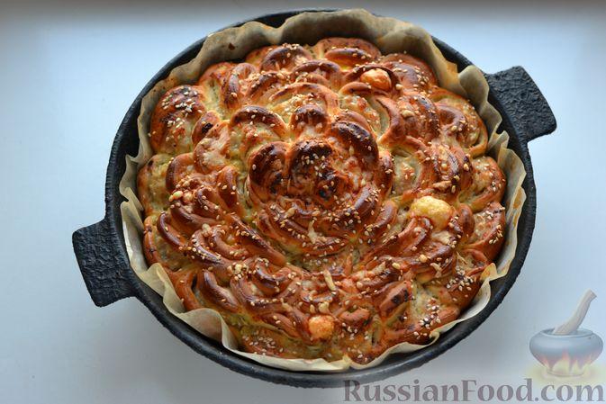 """Фото приготовления рецепта: Дрожжевой пирог """"Хризантема"""" с мясом и сыром - шаг №20"""