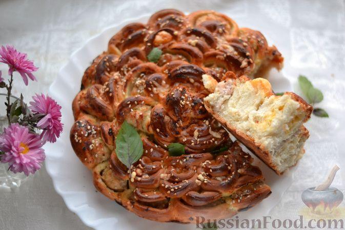 """Фото приготовления рецепта: Дрожжевой пирог """"Хризантема"""" с мясом и сыром - шаг №22"""