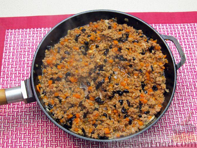 Фото приготовления рецепта: Булгур с мясным фаршем и томатной пастой (на сковороде) - шаг №11