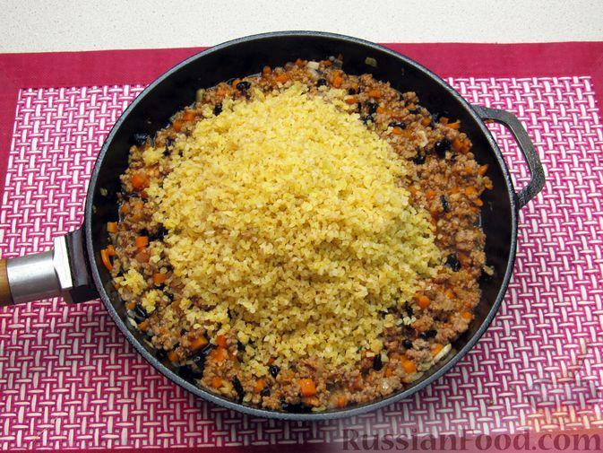 Фото приготовления рецепта: Булгур с мясным фаршем и томатной пастой (на сковороде) - шаг №12