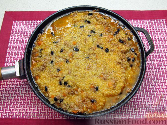 Фото приготовления рецепта: Булгур с мясным фаршем и томатной пастой (на сковороде) - шаг №13