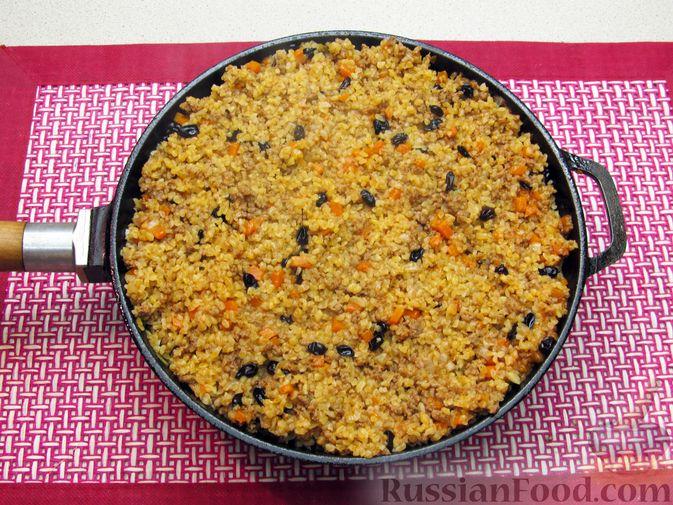 Фото приготовления рецепта: Булгур с мясным фаршем и томатной пастой (на сковороде) - шаг №14