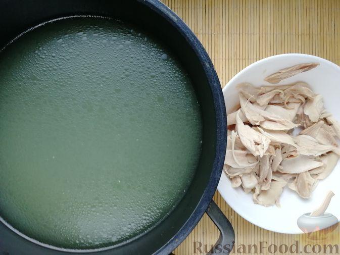 Фото приготовления рецепта: Фасолевый суп с пшеном и цветной капустой на курином бульоне - шаг №2