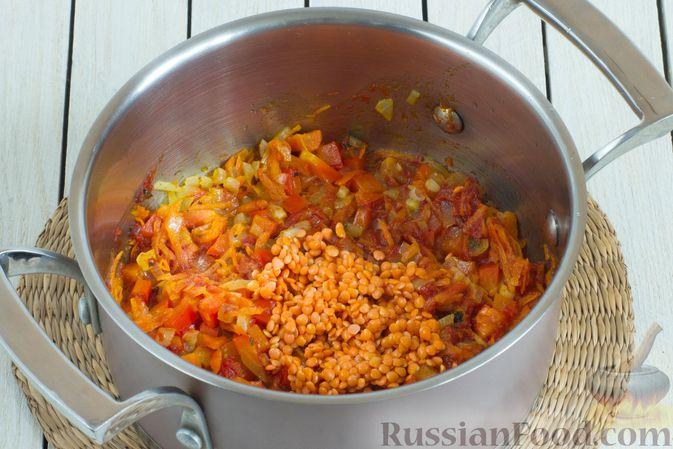 Фото приготовления рецепта: Овощной суп с нутом и чечевицей - шаг №7