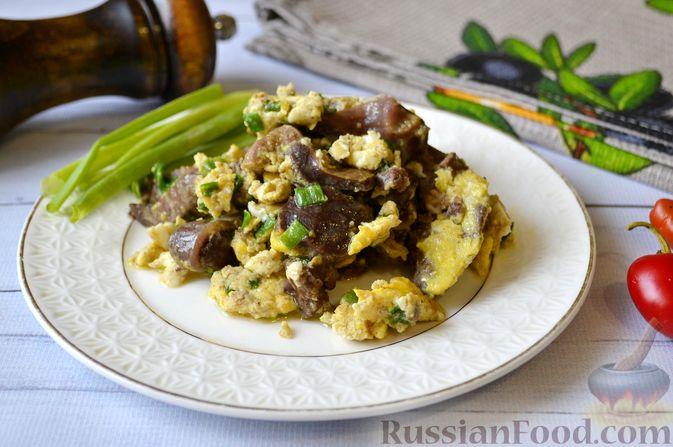 Фото к рецепту: Куриные потрошки с яйцом и луком