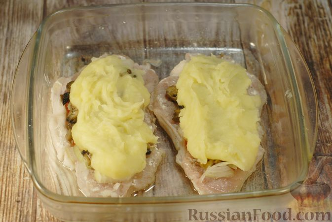 Фото приготовления рецепта: Мясо по-французски с помидорами, грибами и картофельным пюре - шаг №13