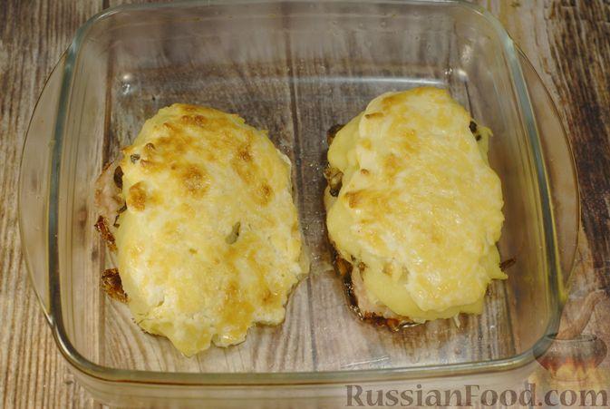 Фото приготовления рецепта: Мясо по-французски с помидорами, грибами и картофельным пюре - шаг №18