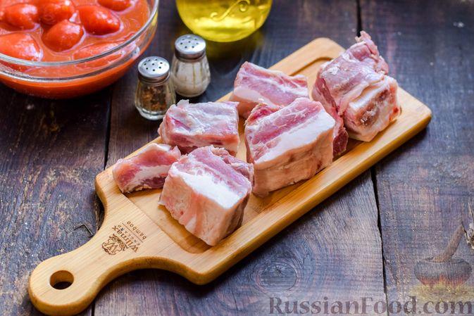 Фото приготовления рецепта: Щи со свиными рёбрышки и консервированными помидорами - шаг №2