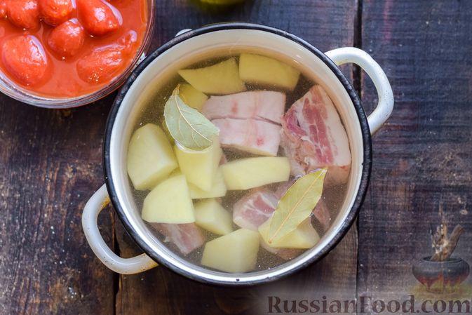 Фото приготовления рецепта: Щи со свиными рёбрышки и консервированными помидорами - шаг №4