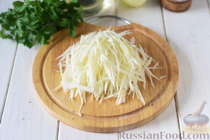 Фото приготовления рецепта: Пирожки из бездрожжевого заварного теста на кефире, с капустой (в духовке) - шаг №6