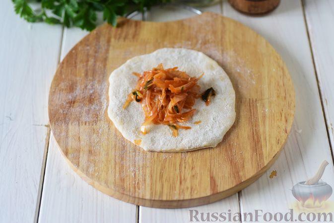 Фото приготовления рецепта: Пирожки из бездрожжевого заварного теста на кефире, с капустой (в духовке) - шаг №11