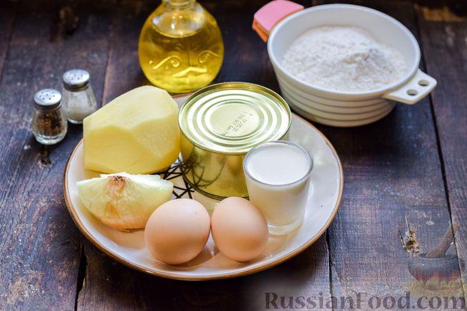 Фото приготовления рецепта: Заливной пирог на сметане, с картофелем и консервированной рыбой - шаг №1
