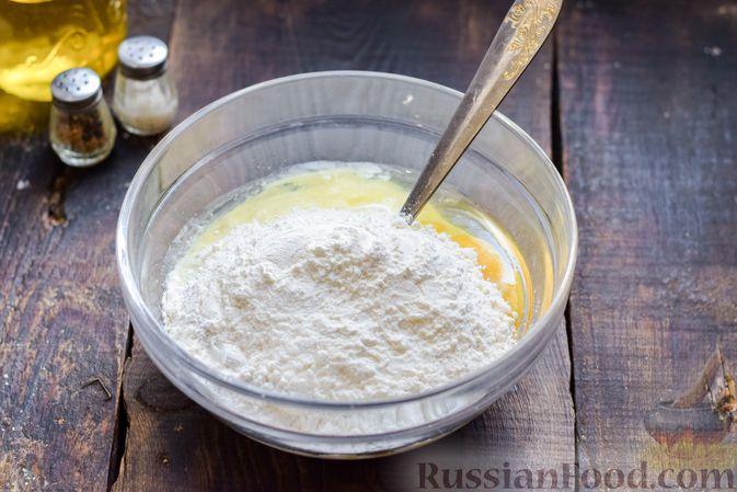 Фото приготовления рецепта: Заливной пирог на сметане, с картофелем и консервированной рыбой - шаг №3