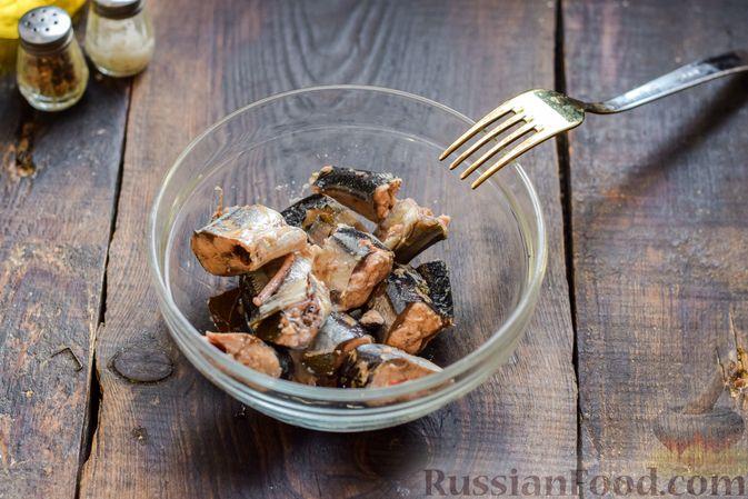 Фото приготовления рецепта: Заливной пирог на сметане, с картофелем и консервированной рыбой - шаг №6