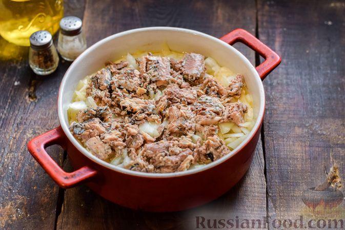 Фото приготовления рецепта: Заливной пирог на сметане, с картофелем и консервированной рыбой - шаг №10