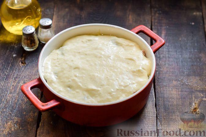 Фото приготовления рецепта: Заливной пирог на сметане, с картофелем и консервированной рыбой - шаг №11