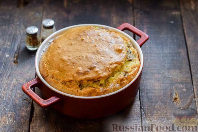 Фото приготовления рецепта: Заливной пирог на сметане, с картофелем и консервированной рыбой - шаг №12