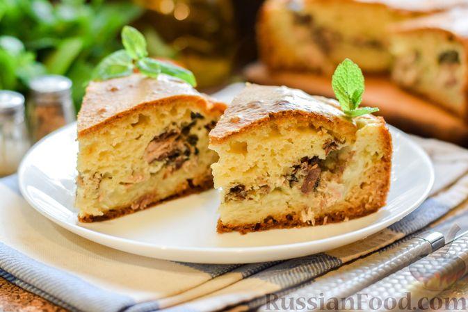 Фото приготовления рецепта: Заливной пирог на сметане, с картофелем и консервированной рыбой - шаг №13
